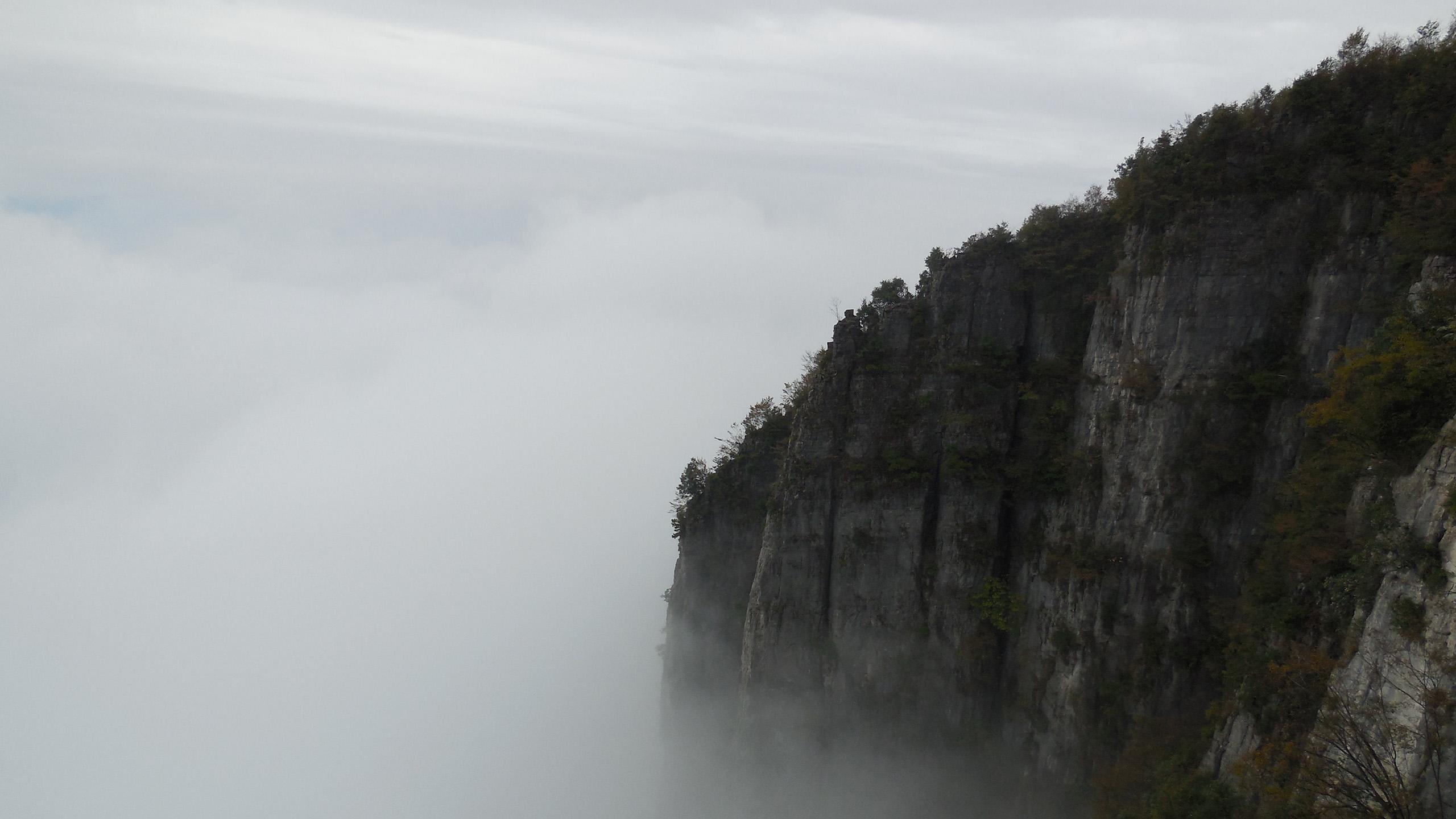 山与云的边界