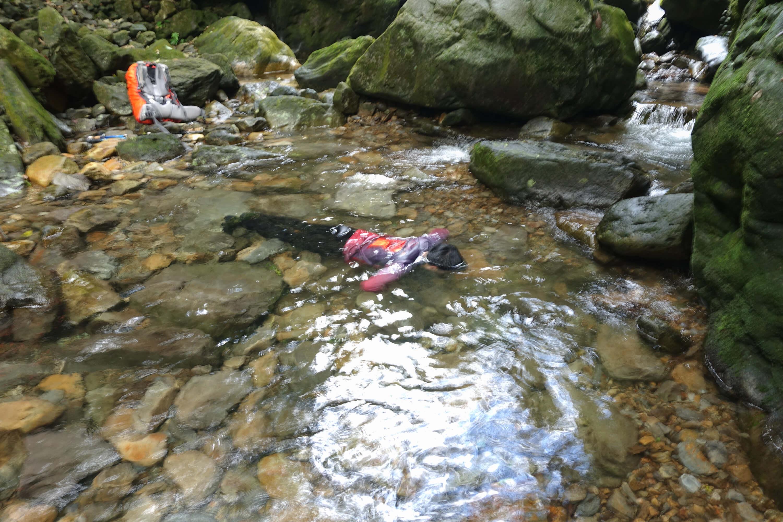 溪中泡澡也是不错